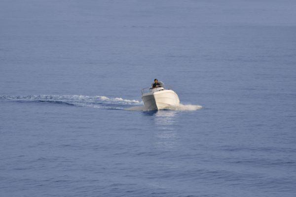Barca Magu con fuoribordo Hidea in curva